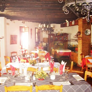 Comedor de la primera planta :: © Restaurante Horno de Víznar